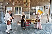 Nederland, Nijmegen, 30-8-2014 Gebroeders van Limburg festival. In de late Middeleeuwen was Nijmegen met de Valkhofburcht de belangrijkste stad in hertogdom Gelre. De drie rond 1380 in Nijmegen geboren gebroeders van Limburg waren beroemde tekenaars en kopiisten die vooral aan het franse hof furore maakten. Met het Gebroeders van Limburgfestival eert de stad hen. Het festival is geinspireerd op de miniaturen die zij maakten, waarbij figuranten, re-enactors het dagelijks leven naspelen. Foto: Flip Franssen/Hollandse Hoogte