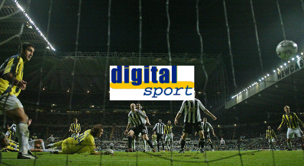 Photo: Andrew Unwin.<br /> Newcastle United v Fenerbahce. UEFA Cup. 19/10/2006.<br /> Newcastle score their first goal.