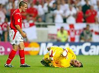 Fotball<br /> Euro 2004<br /> 21.06.2004<br /> Foto: SBI/Digitalsport<br /> NORWAY ONLY<br /> <br /> Kroatia v England<br /> <br /> Tomislav Butina rolls in agony as Michael Owen watches