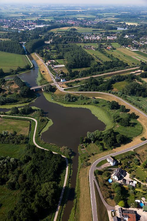 Nederland, Zuid-Holland, Gemeente Leerdam, 08-07-2010; Diefdijk met wiel, overblijfsel van een dijkdoorbraak. De dijk maakt onderdeel uit van Nieuwe Hollandse Waterlinie en omdat de dijk doorsneden wordt door de spoorlijn Leerdam-Geldermalsen is er een fort gebouwd (naam Werk op de spoorweg ). De Diefdijk is verder een binnendijk en oorspronkelijk aangelegd om de Alblasserwaard en de Vijfherenlanden tegen wateroverlast uit de Betuwe te beschermen. .Diefdijk with 'wheel', the remnants of a dike breach. The inner dike was originally built to protect the polders Alblasserwaard and Vijfherenlanden against flooding from the Betuwe. In addition, the dike is part of the New Dutch Waterline, hence the fortress which protects the 'breach' made by the railway..luchtfoto (toeslag), aerial photo (additional fee required).foto/photo Siebe Swart