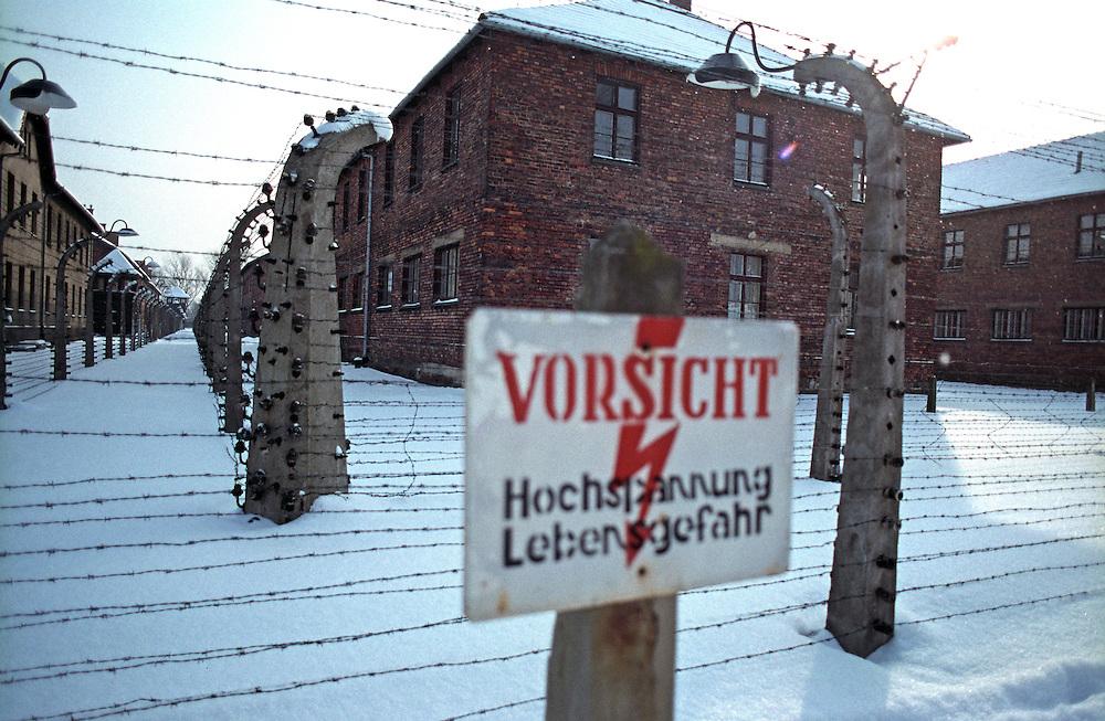 Der Sicherheitszaun im ehemaligen Konzentrationslager Auschwitz (KL Auschwitz 1) am Tag nach den Gedenkfeiern zur 60. Jährigen Befreiung des Konzentrationslagers durch die Rote Armee am 27. Januar 1945. Heutzutage ist auf diesem Gelände das Staatliche Museum Oswiecim mit Belegen für den Holocaust und die Verbrechen der Nazis.