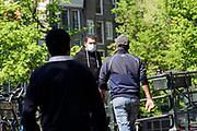Nederland, Amsterdam, 6-5-2020  Een man met een mondkapje in het centrum van de stad . Per 1 juni is het dragen van mondbescherming verplicht in het ov, openbaar vervoer . Foto: Flip Franssen