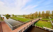 Fietsbrug over Zwethkanaal en gemaal Hoekpolder bij Rijswijk. - Cycletrack bridge and pumping station over canal called Zwethkanaal near Rijswijk, close to The Hague, The Netherlands.