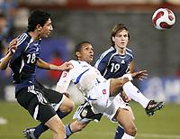 Fotball<br /> VM U20 - Canada<br /> 03.07.2007<br /> Foto: imago/Digitalsport<br /> NORWAY ONLY<br /> <br /> Argentina v Panama<br /> Alberto Quintero (Panama U20, Mitte) gegen Angel di Maria (li.) und Pablo Piatti (beide Argentinien U20)