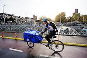 In Utrecht rijdt een koerier van De Fietskoerier 030 door de stad.<br /> <br /> A bike messenger rides in Utrecht.