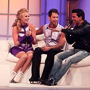 NLD/Hilversum/20110326 - 9de Liveshow Sterren Dansen op het IJs, Jan Smit op de bank met zijn zusje Monique en Joel Geleynse