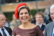 Koningin Maxima opent Markthal Rotterdam, de eerste overdekte versmarkthal in Nederland geïnspireerd op versmarkten elders in Europa.<br /> <br /> Queen Maxima opens in Rotterdam The Market Hall, the first covered market hall  in the Netherland inspired on other markets elsewhere in Europe.<br /> <br /> op de foto / On the photo:  Koningin Maxima vertrekt / Queen Maxima leavves