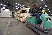 Duitsland, Straelen, 27-1-2015Een vrachtwagenchauffeur lost zijn lading bloemen uit het Westland op deze moderne bloemenveiling vlak over de grens bij Venlo.FOTO: FLIP FRANSSEN/ HOLLANDSE HOOGTEveiling
