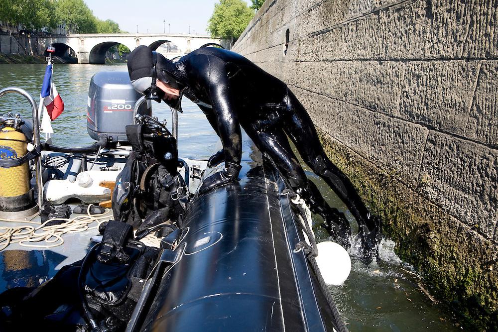 Paris, France. 30 Avril 2009..Brigade Fluviale de Paris..11h11 En entrainement de plongee (pendant une heure environ)...Paris, France. April 30th 2009..Paris fluvial squad..11:11 am Scuba diving training (about an hour).