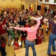 Recordpoging dansen voor leerlingen van scholen in heel nederland, Flevoschool Huizen in de aula