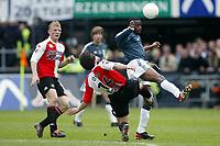 Fotball<br /> Feyenoord v Ajax<br /> 11. april 2004<br /> Foto: Digitalsport<br /> Norway Only<br /> Yakubu, Ajax og Shinji Ono, Feyenoord