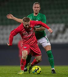 Jeppe Kjær (FC Helsingør) kæmper med Christian Sørensen (Viborg FF) under kampen i 1. Division mellem Viborg FF og FC Helsingør den 30. oktober 2020 på Energi Viborg Arena (Foto: Claus Birch).