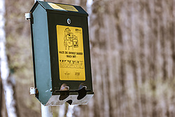 THEMENBILD - ein Spender mit Kotbeutel für Hundebesitzer, aufgenommen am 20. April 2019, Zell am See, Österreich // a dispenser with excrement bag for dog owners on 2019/04/20, Zell am See, Austria. EXPA Pictures © 2019, PhotoCredit: EXPA/ Stefanie Oberhauser