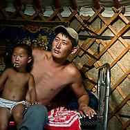 Mongolia. inside ger, father and sohn with the family.  Tumur batar. catle breeder family in Gatchurt area near.   gatchurt -  / interieur de Yourte, per et enfant en famille.. Tumur batar famille díeleveurs. mouton.  VALLEE DE GATCHURT. dans les environs de   Gatchurt - Mongolie / L0009365C