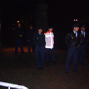 Dood Prins Claus, bloemen en kaarsen bij paleis Huis ten Bosch, beveiliging politie