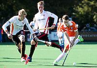 BLOEMENDAAL - HOCKEY - Yannick van der Drift (Bl'daal) met links Joep de Mol (Oranje-Rood) en midden  Gijs Merrienboer (Oranje-Rood)   tijdens de competitie hoofdklasse hockeywedstrijd Bloemendaal -ORANJE-ROOD (4-1)  COPYRIGHT KOEN SUYK