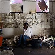Mpho Lobelo woont in een kraakpand in de binnenstad van Johannesburg. Het is winter en Mpho slaapt op een matras op de grond. - 2016
