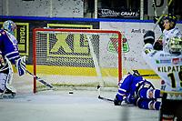 GET-Ligaen ,<br /> Ishockey , <br /> 22.10.2011 , <br /> Sparta Amfi , <br /> Sparta v Stavanger ,<br /> Kevin Deeth setter pucken i mål til Phil Osaer og Eric Olimb sin frustrasjon , <br /> Foto: Thomas Andersen