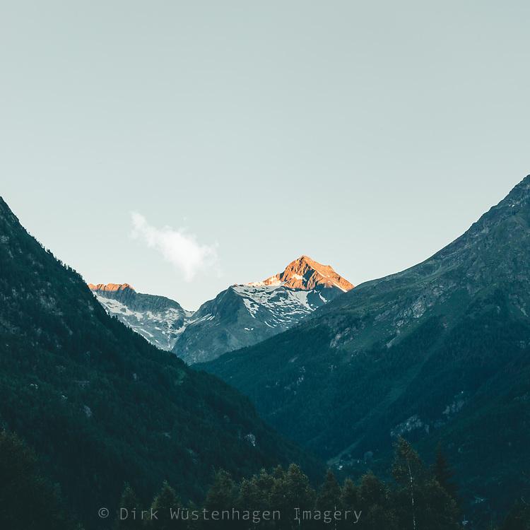 Morgenlicht auf Berggipfel, Chiesa in Valmalenco, Lombardei, Italien
