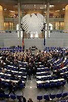19 DEC 2003, BERLIN/GERMANY:<br /> Uebersicht des Plenarsaales Namentliche Abstimmung, Sondersitzung des Bundestages zur Abstimmung ueber das Reformpaket zu Steuern und Arbeitsmarkt, Deutscher Bundestag<br /> IMAGE: 20031219-01-054<br /> KEYWORDS: Übersicht, Plenum, Bundesadler