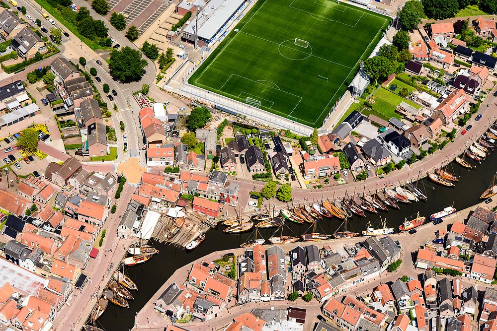 Nederland, Utrecht, gemeente Bunschoten, 17-07-20170; Spakenburg, centrum met Oude Haven, Oude Schans en Havenstraat. Verborgen in de straat ligt een keerwand die bij hoogwater automatisch omhoog komt, een drijvende dijk. Een innovatie. Achtergrond velden IJsselmeervogels.<br /> Hidden in the street is a seawall that automatically rises at high tide, a floating dike.<br /> <br /> luchtfoto (toeslag op standard tarieven);<br /> aerial photo (additional fee required);<br /> copyright foto/photo Siebe Swart
