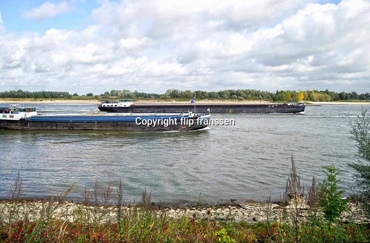 Nederland, Deest, 28-9-2019Twee binnenvaartschepen varen over de waal richting duitsland .Foto: Flip Franssen