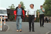 """16 JUL 1999 - BONN, GERMANY:<br /> Frank Walter Steinmeier, Staatssekretär im Bundeskanzleramt, und Gerhard Schröder, Bundeskanzler, zu Fuß auf dem Weg zur SPD Radtour """"Abschied vom Rhein""""<br /> IMAGE: 19990716-01/01-29<br /> KEYWORDS: Gerhard Schroeder"""