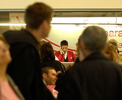 19.04.2010, Flughafen Barajas, Madrid, ESP, Flughafen Madrid Barajas im Bild eine Check-In Angestellte telefoniert vor den wartenden Fluggästen. Auch in Spanien kommte es durhc den Vulkanausbruch in Island zu grossen Verzögerungen, EXPA Pictures © 2010, PhotoCredit: EXPA/ Alterphotos/ ALFAQUI/ R. Perez / SPORTIDA PHOTO AGENCY