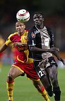 Fotball<br /> Frankrike 2004/05<br /> Lens v Ajaccio<br /> 2. oktober 2004<br /> Foto: Digitalsport<br /> NORWAY ONLY<br /> MAMADOU SECK (AJA) / DANIEL COUSIN (LENS)