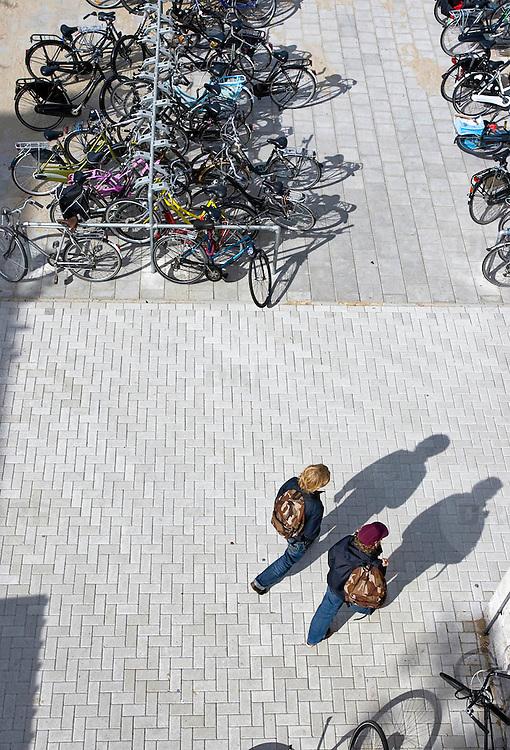 Nederland Rotterdam 23-09-2009 20090923 Serie over onderwijs,  openbare scholengemeenschap. Leerlingen lopen het schoolplein op, aanvang lessen.                                .Foto: David Rozing