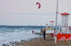 THEMENBILD - ein Kitesurfer auf dem stürmischen Meer und Spaziergänger am Strand, aufgenommen am 16. Juni 2018, Lignano Sabbiadoro, Österreich // a kitesurfer on the stormy sea and walkers on the beach on 2018/06/16, Lignano Sabbiadoro, Austria. EXPA Pictures © 2018, PhotoCredit: EXPA/ Stefanie Oberhauser