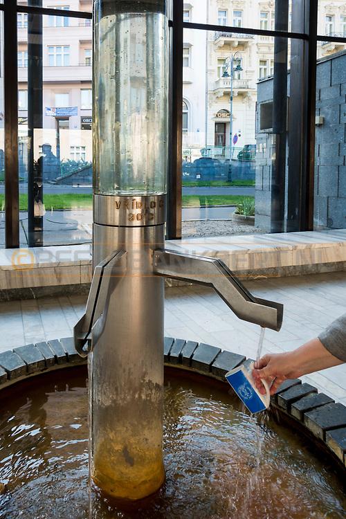20-09-2015: Stadscentrum in Karlovy Vary (Karlsbad), Tsjechië. Foto: Drinken van het geneeskrachtige bronwater