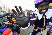 Nederland, Millingen aan de Rijn, 5-12-2016Sinterklaas en zwarte pieten openen de bibliotheek, kinderbibliotheek, in de basisschool.Foto: Flip Franssen