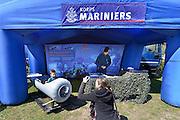 Nederland, Elst, 19-4-2015Tijdens een survivalrun staat het korps mariniers met een opbaaasbare stand op het terrein. Zij geven informatie aan mensen, jongeren, die belangstelling hebben om bij het korps te werken. Hier wordt een jongetje dat in een kleine minionderzeeboot zit door zijn moeder op de foto gezet.FOTO: FLIP FRANSSEN/ HOLLANDSE HOOGTE .