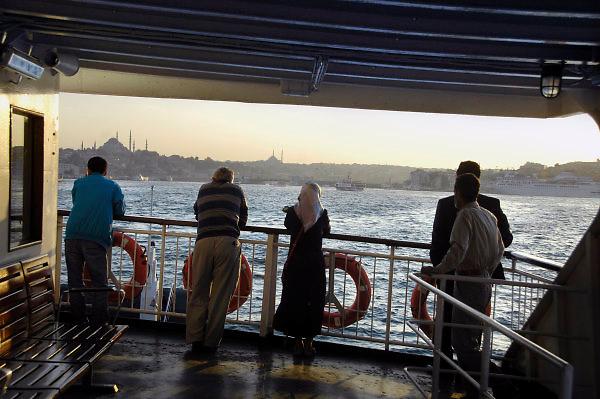 Turkije, Istanbul, 4-6-2011Straatbeeld. Op het veer van het europese deel naar het aziatische deel van de stad.Foto: Flip Franssen
