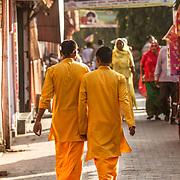 2016 10 14 Rishikesh Uttarakhand Indien<br /> Två pilgrimer på promenad i Ram Jhula<br /> <br /> ----<br /> FOTO : JOACHIM NYWALL KOD 0708840825_1<br /> COPYRIGHT JOACHIM NYWALL<br /> <br /> ***BETALBILD***<br /> Redovisas till <br /> NYWALL MEDIA AB<br /> Strandgatan 30<br /> 461 31 Trollhättan<br /> Prislista enl BLF , om inget annat avtalas.