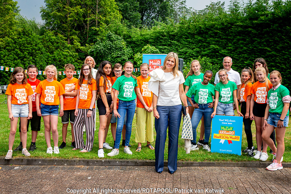 Puttershoek , 16-6-2020 ,Alcazar Events <br /> <br /> Koningin Maxima tijdens de ondertekening van het MuziekAkkoord Hoeksche Waard, het lokale samenwerkingsconvenant voor muziekonderwijs op de basisschool. Het akkoord is een onderdeel van het programma Méér Muziek in de Klas Lokaal van de stichting Méér Muziek in de Klas, waar Koningin Máxima erevoorzitter van is.<br /> <br /> Queen Maxima during the signing of the Music Agreement Hoeksche Waard, the local cooperation agreement for music education at primary school. The agreement is part of the Méér Muziek in de Klas room program of the Méér Muziek in de Klas foundation, of which Queen Máxima is honorary chair.