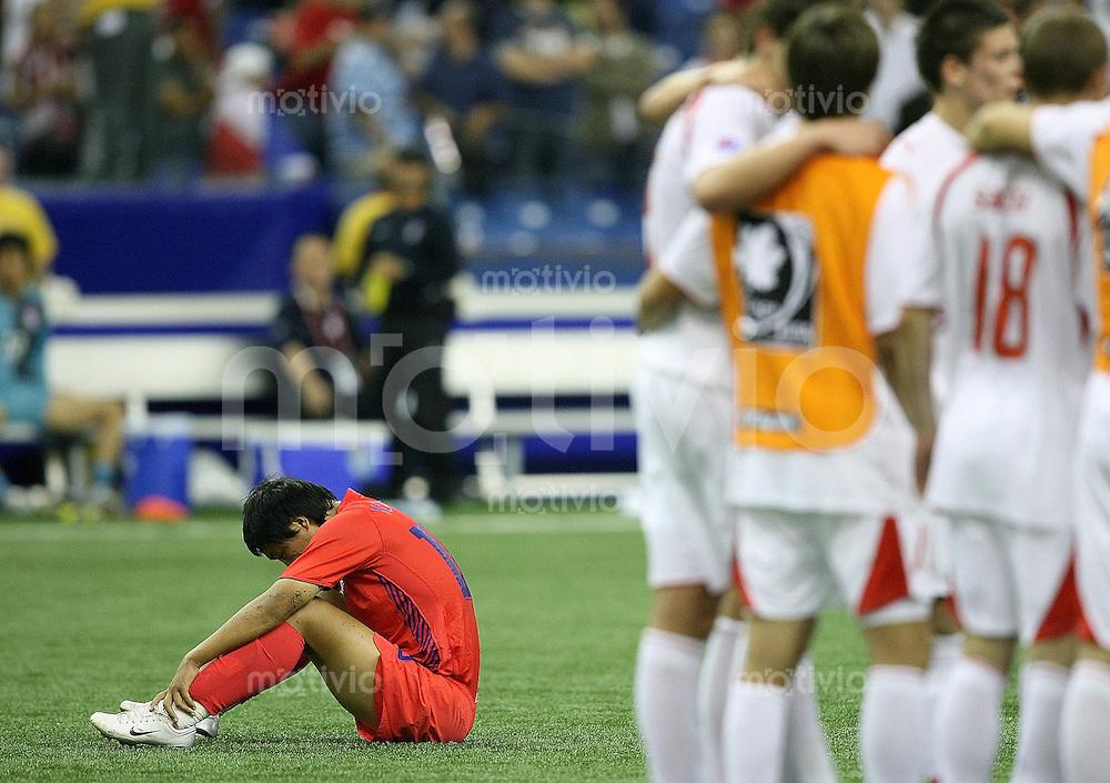 Fussball International U 20 WM  Polen 1-1 Korea Enttaeuschung KOR ueber das Ausscheiden; Yung Rok Shin (li) am Boden