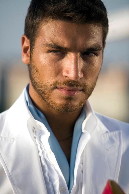 El modelo y presentador valerio Pino posa durante el rodaje del trailer promocional del programa de televisión Supermodelo, de Cuatro.