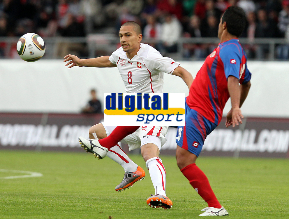 Goekhan Inler (SUI) gegen Carlos Hernandez (CRC). © Pascal Muller/EQ Images