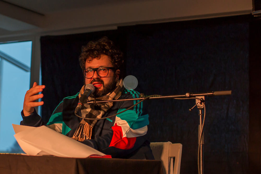 DEUTSCHLAND, Weissenhaeuser Strand, Rolling Stone Weekender 2018, 10.11.2018: Komiker und Autor Oliver Polak bei einer Lesung auf dem Rolling Stone Weekender. Er liest nicht aus seinem neuen Buch, Gegen Judenhass, sondern traegt verschiedene Texte zum Thema Musik vor, u.a. Nachrufe auf Udo Juergens und Dieter-Thomas Heck sowie eine Phil-Collins-Konzertkritik. Ausserdem outet er sich als Hardcore-Fan der norwegischen Band Motorpsycho, die spaeter am Abend beim Weekender auftritt.