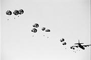 Parachutisten landen op de Ginkelse Heide tijdens herdenking en reconstructie van Operation Market Garden.