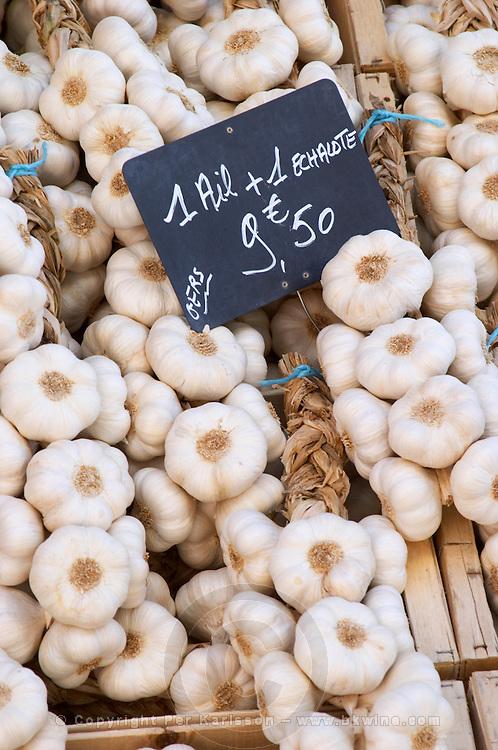 On a street market. Garlic. Bordeaux city, Aquitaine, Gironde, France