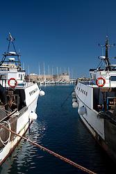 Due paranze ormeggiate puntano la prua verso il castello e verso l'ormeggio delle barche a vela.