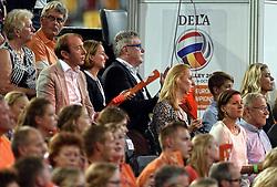 27-09-2015 NED: Volleyball European Championship Nederland - Polen, Apeldoorn<br /> Nederland verslaat Polen met 3-1 / Omnisport Apeldoorn kleurt Oranje support publiek Joelle Staps Theo Hofland