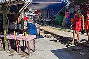 En las vías del ferrocarril en Huixtla, Chiapas, puestos ambulantes ofrecen comida y otros productos.  En este paso se registran numerosos asaltos a migrantes. (Foto: Prometeo Lucero)