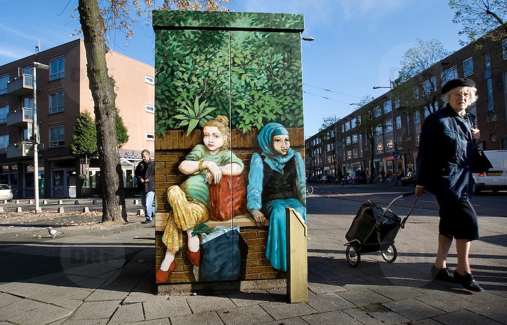 Nederland Rotterdam 8 november 2008 20081108 Foto: David Rozing..Afbeelding multiculturele samenleving, een autochtone en allochtone vrouw zittend naast elkaar op een bankje, op een electriciteitskast op de Nieuwe Binnenweg in het centrum van Rotterdam ..Foto David Rozing