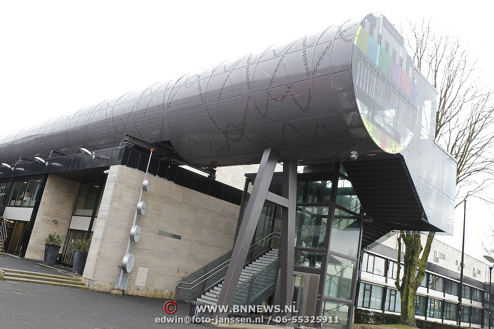 NLD/Hilversum/20120223 - Diverse panden op het Mediapark in Hilversum, voetgangersbrug naar station Hilversum NOS