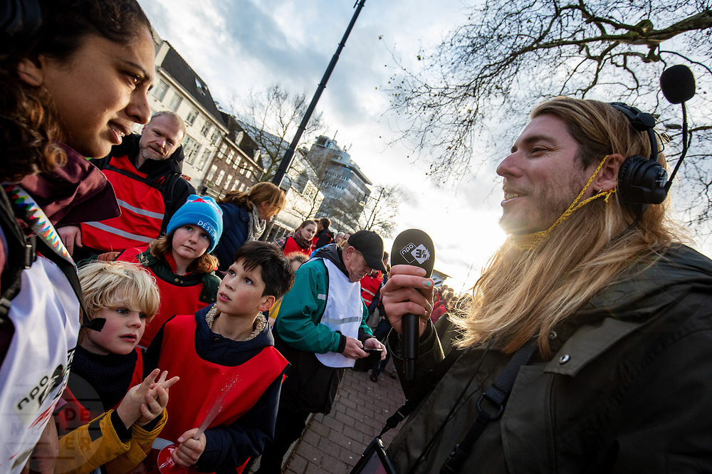 DJ's Eva en Frank lopen de etappe van Nijmegen naar Arnhem. In de week van kerst lopen zes DJ's van radiozender 3FM in duo's van Goes naar Groningen in het kader van 3FM Serious Request: The Lifeline. De route wordt steeds in etappes afgelegd, de duo's wisselen elkaar steeds om de zes uur af. Tijdens het lopen presenteren de dj's het radioprogramma. Met de actie willen de dj's geld ophalen voor slachtoffers van mensenhandel.