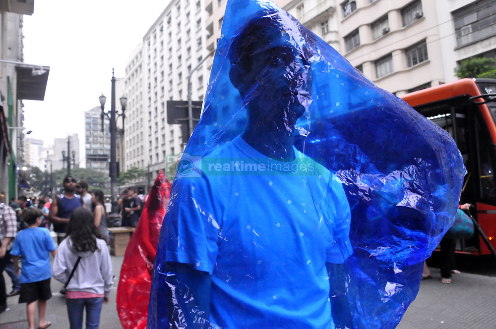 July 26, 2018 - Sao Paulo, Brazil - The Minimum Collective called 'Eupresente' holds protest performance with theme 'A color that inhabits a package. A body that inhabits a color. A gift that inhabits a space. A reflection on encapsulated man and the difficulty of contact, man consumption and exacerbated consumption man.' (Credit Image: © Cris Faga via ZUMA Wire)
